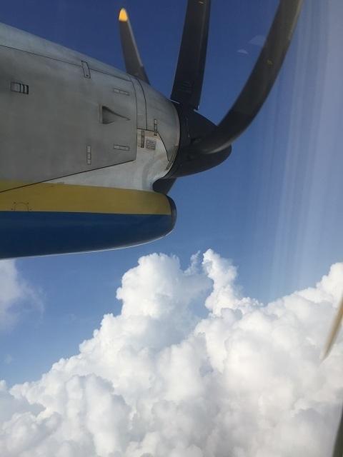 プロペラ機の機窓から.jpg
